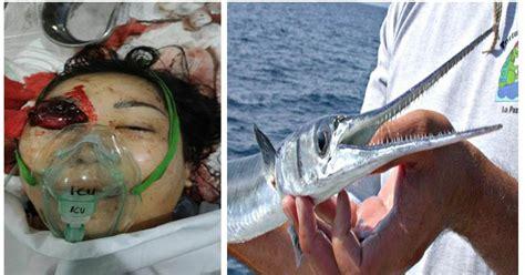 Patung Ikan Marlin Dan Layaran hati hati jangan berendam di tepi pantai wanita ini
