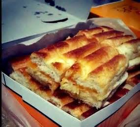 proses membuat roti bakar roti bakar hangatkan tubuh di tengah cuaca bandung