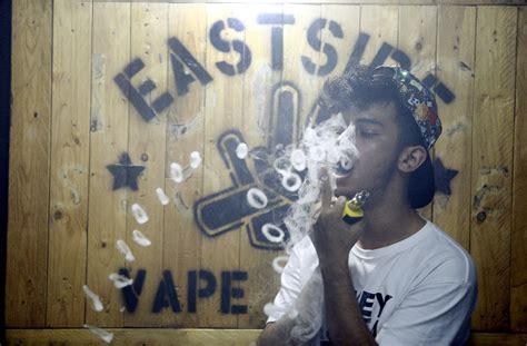 gambar keren vapor gambar orang merokok vape keren