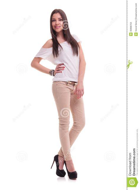 ropa formula joven ropa de moda mujer mujer joven en la presentaci 243 n de la ropa casual fotos de