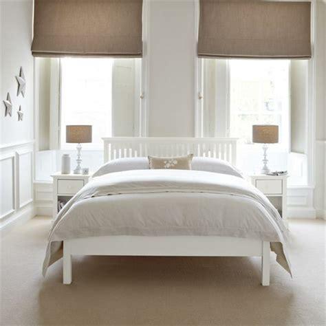 weiße möbel schlafzimmer steinwand innen halbhoch flur