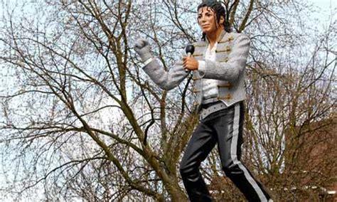 michael jackson statue craven cottage fulham fans cry foul michael jackson statue