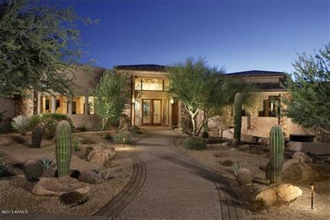 a gorgeous front yard idea for a scottsdale arizona home this front entry is a good exle of