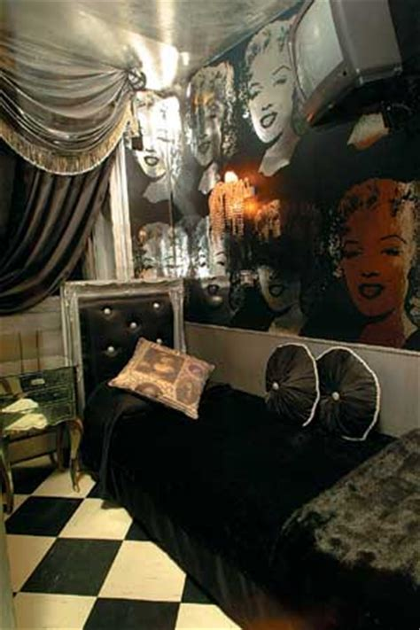 marilyn themed bedroom live like a rock at s rock n roll theme hotel