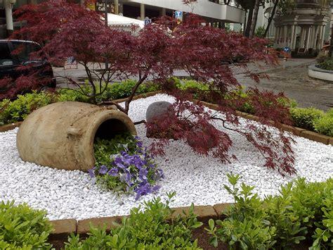 aiuole giardino con sassi aiuole con pietre te64 187 regardsdefemmes