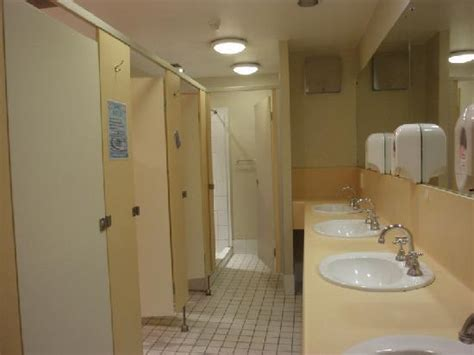 i girl in bathroom doppelzimmer picture of canberra city yha canberra
