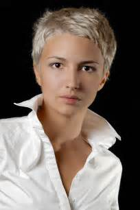 Stylische Blonde Kurzhaarfrisur Fransig Geschnitten