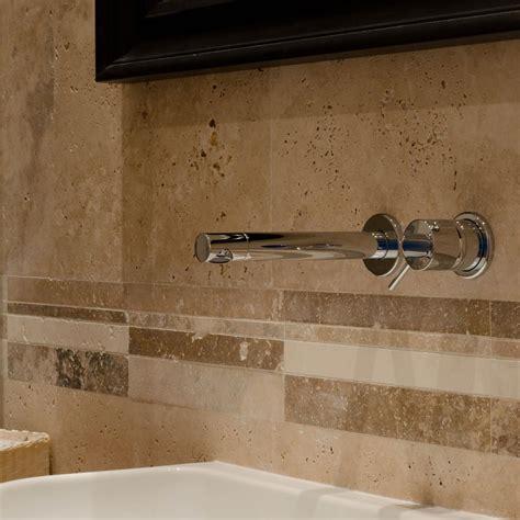 bagno rivestimento pietra bagno con rivestimento in travertino e pavimento in legno
