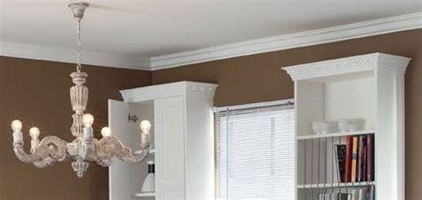 Moulures Decoratives Pour Murs by D 233 Corez Un Mur Ou Un Plafond Avec Une Moulure D 233 Corative 224