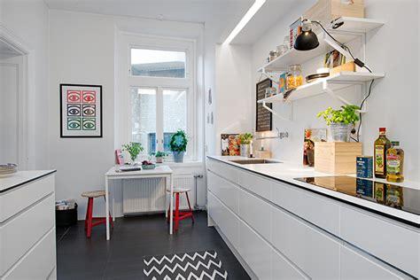 apartment kitchen design ideas pictures bia蛯a kuchnia skandynawska z czarna pod蛯og艱 zdj苹cie w