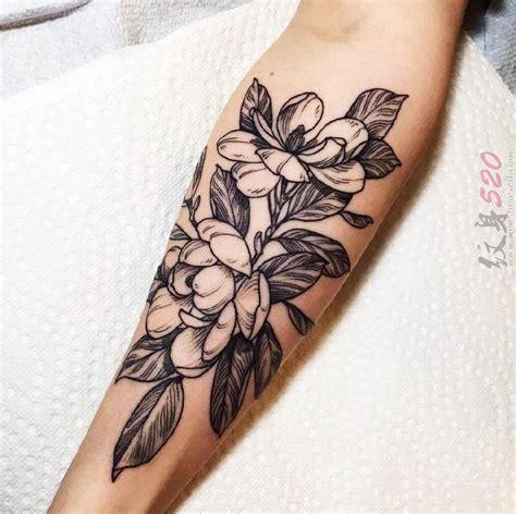 文艺花朵纹身 女生手臂上文艺花朵纹身黑色图案