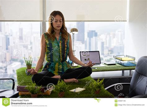Meditation Desk by Business Doing Meditation On Table In Office 2