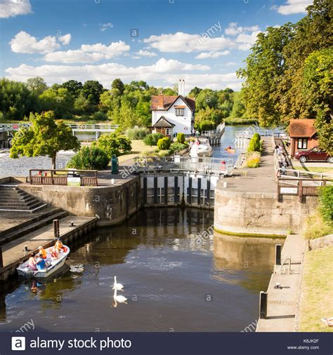 thames lock and weir at reading goring lock stock photos goring lock stock images alamy