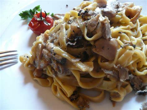 come cucinare la salsiccia fresca ricetta pasta con salsiccia e funghi porcini ricette di