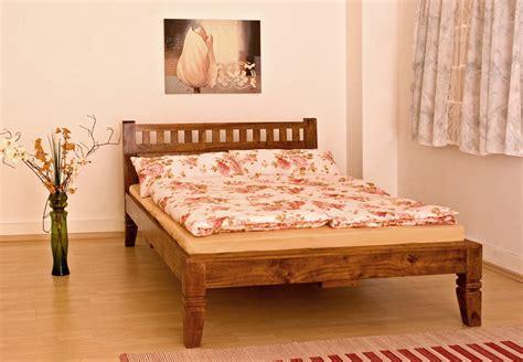 schlaf betten günstig massivholz bett in farbe nougat honig aus edlem