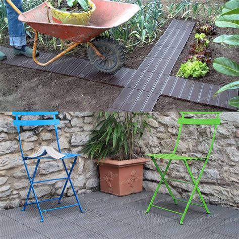 dalles jardin dalle de jardin clipsable en plastique all 233 e chemin gravier