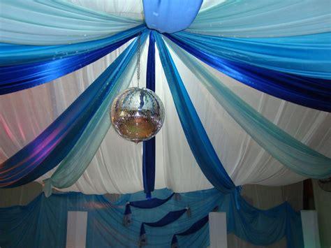 decoracion de salon para 15 años con telas y globos decoracion de quince a 241 os con globos azules y plateados