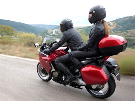 Beifahrer Motorrad by How To Ride A Motorcycle With A Passenger Autoevolution