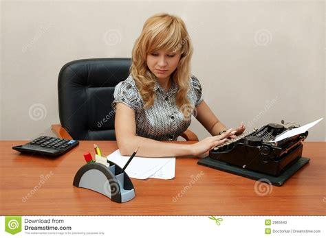 lavoro ufficio sta ufficio la segretaria sta digitando fotografia stock