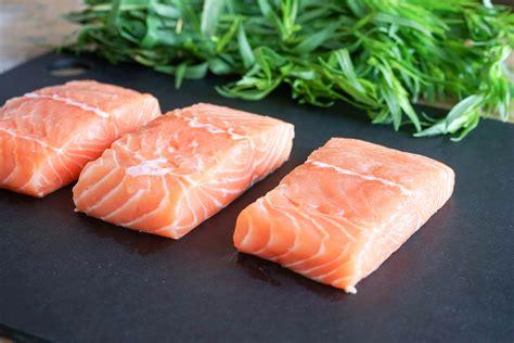 cuisiner un saumon entier les poissons quelle quantit 233 par personne