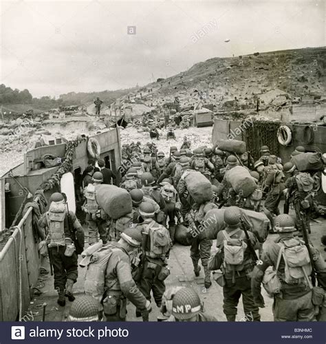d day beach assault troops 1472819462 d day june 1944 american second wave troops disembark on omaha stock photo 19529228 alamy
