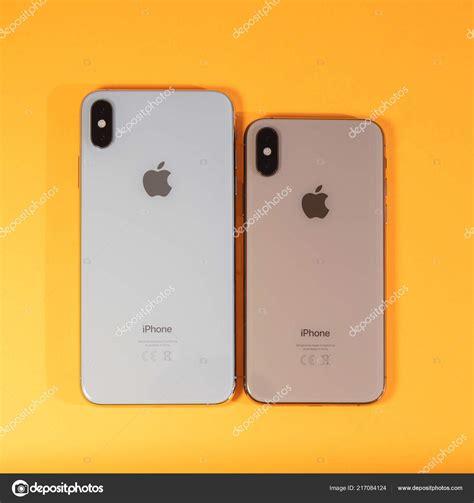 apple iphone xs max sobre fondo naranja vibrante foto editorial de stock 169 ifeelstock 217084124