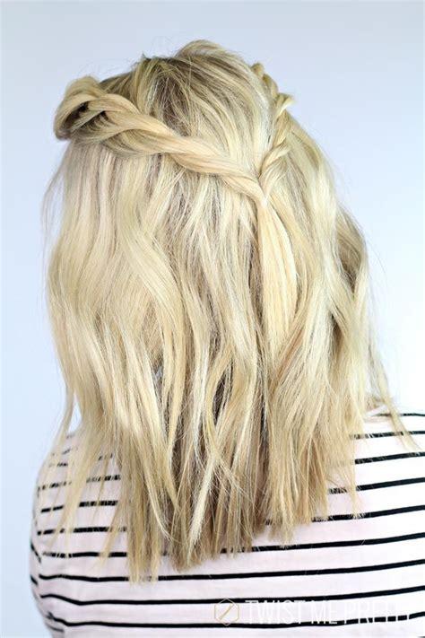 Blunt wavy hairstyle for medium hair via
