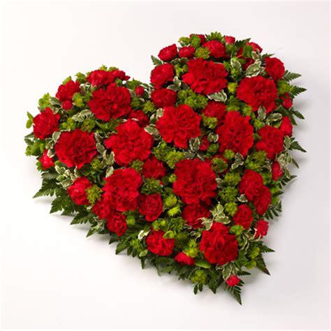 recapitare fiori composizione a forma di cuore consegna a domicilio