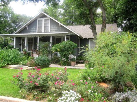 The Other Houston Bungalow Front Yard Garden Ideas Bungalow Garden Design