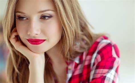 Lipstik Warna Coklat Kopi agar warna lipstik tahan lama coba trik ini okezone lifestyle
