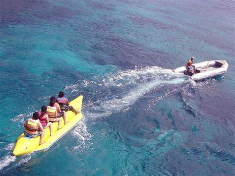 Perahu Karet dengan perahu karet berbentuk pisang yang ditarik speedboat anda akan meluncur meliuk liuk di
