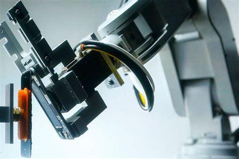 foxconn  gantikan tenaga manusia  robot
