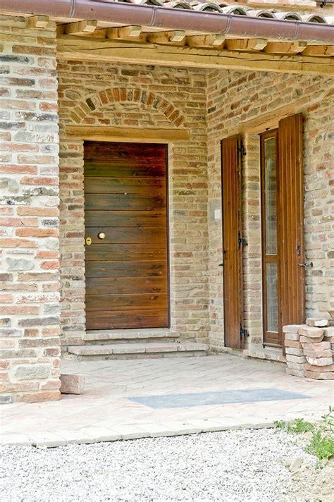 portone d ingresso in legno portone in legno villa in collina domosystem