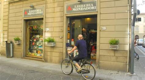 libreria mondadori rovigo chiude la libreria mondadori di via guizzelmi prato la