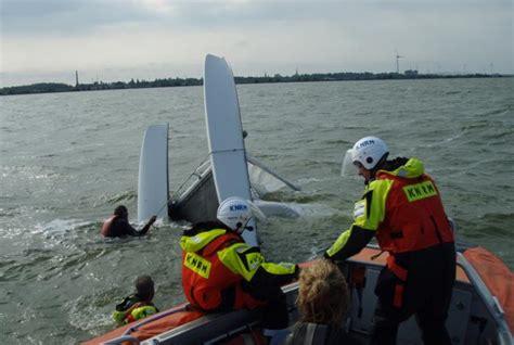 scheveningen catamaran knrm in actie voor omgeslagen catamaran strandweer nu