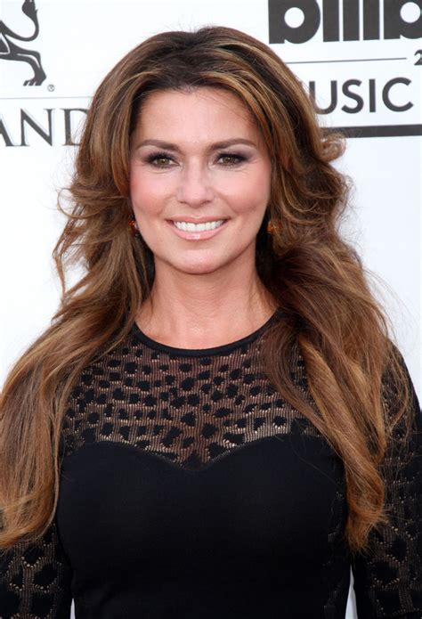 brunette hairstyles for 35 year old women shania twain 2014 billboard music awards in las vegas