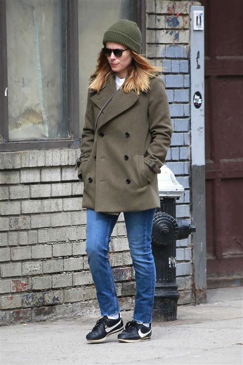 Kate Hudson Strolls In Soho With by Kate Mara Takes A Stroll In Soho New York Donut