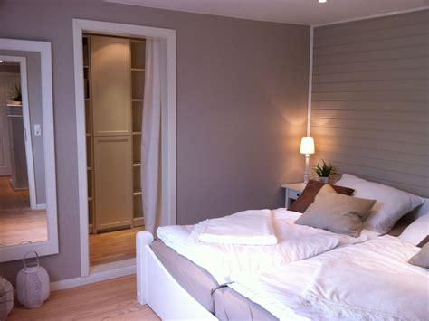 schlafzimmer mit begehbarem kleiderschrank ferienhaus sommerhus schleswig holstein ostsee
