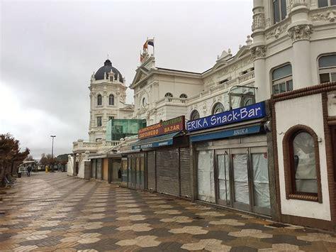 Banco Santander Italia by La Plaza De Italia Cerrada A Cal Y Canto El Tomavistas