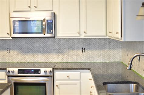 what paint color goes best with honey maple cabinets how to pick a backsplash with granite countertops