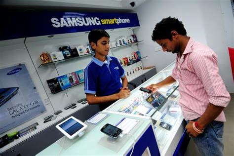 samsung to widen smartphone gap with apple livemint