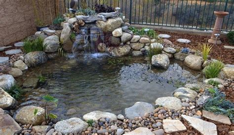 cascata giardino piccola cascata con ciottoli in giardino come costruirla