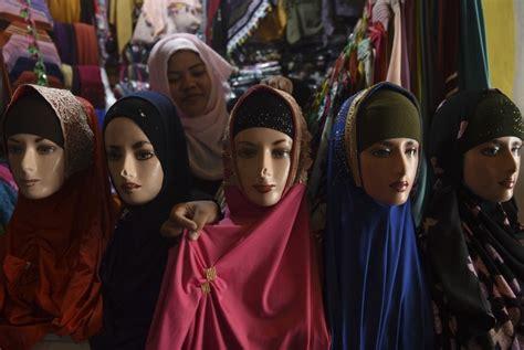 Belanja Jilbab warga ramai belanja jilbab di pasar pabean republika