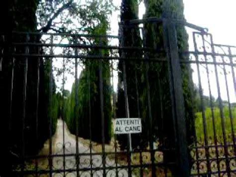 casa pausini davanti alla villa megagalattica di pausini a castel