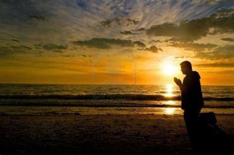 imagenes de hombres orando de rodillas personas orando de rodillas related keywords personas