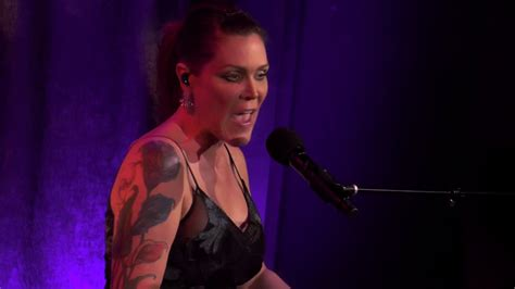 beth hart front  center    york flick   finger