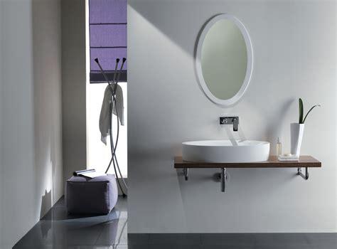 lade da bagno sopra specchio specchi sopra il lavabo cose di casa