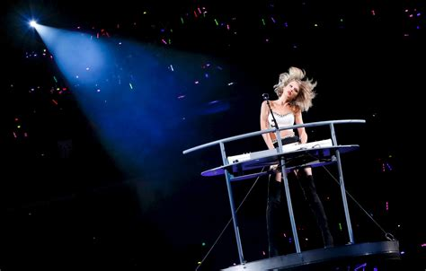 Taylor Swift Attempts to Trademark ?1989,? ?Blank Space? and ?Swiftmas?