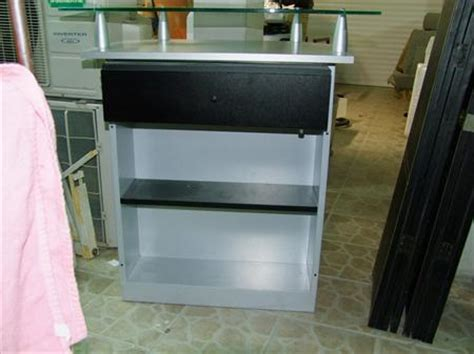 comptoir caisse esthetique meuble caisse comptoir pour magasin 224 99 13010