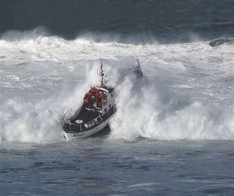 rc boats vs waves u s coast guard motor surf boat 171 all boats